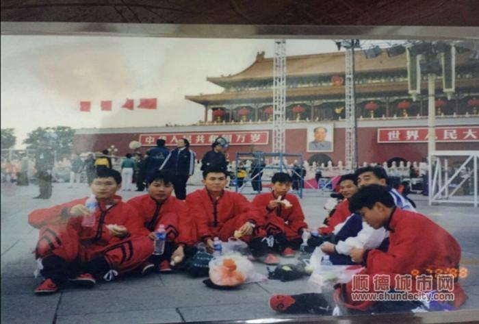 1999年梁伟波在天安门前彩排训练。(左四为梁伟波).jpg