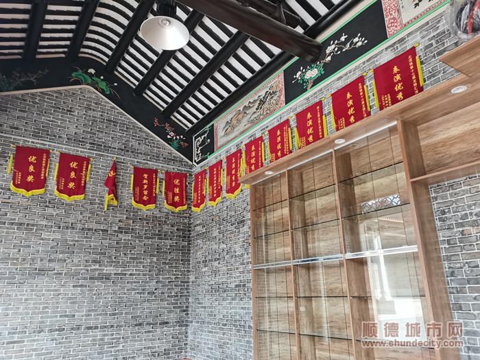 滘镇林头村的梁氏大宗祠内,悬挂着各式醒狮奖状。.jpg