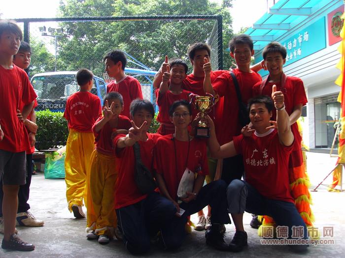 林头小学在2008年广东省传统龙狮麒麟锦标赛中斩获第一名的好成绩。(图中戴眼镜者为梁伟波).jpg