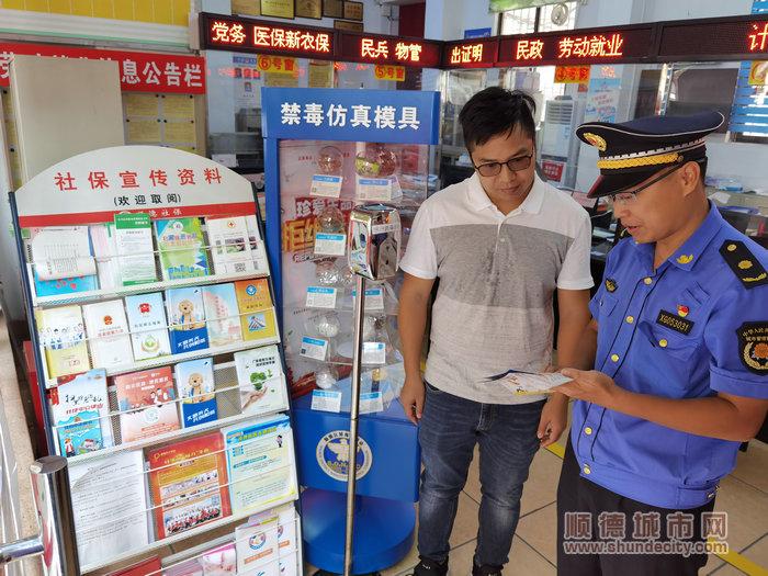 薛耀辉检查居委会宣传文明养犬的工作情况(右一).jpg