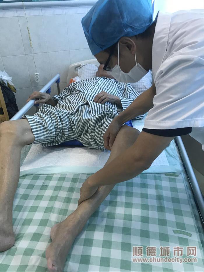 骨五科副主任李永军为张大伯详细体格检查。_副本.png