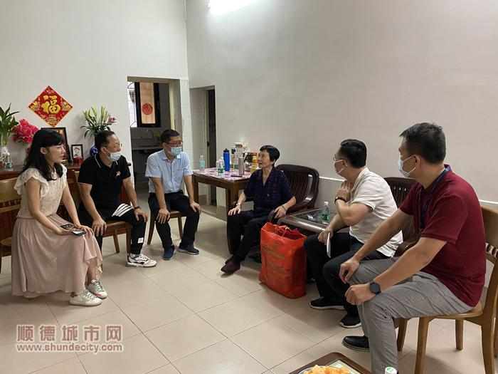 刘建波(右一)等人入户探访军属_副本.jpg