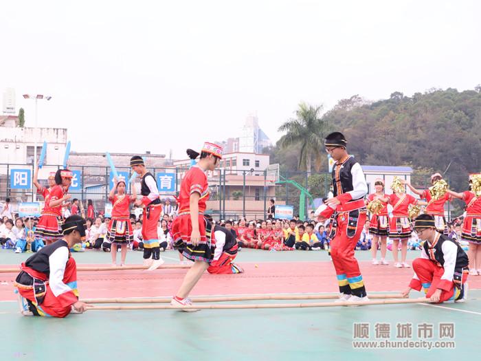 初二(11)班同学们展现高山族竹竿舞。.jpg
