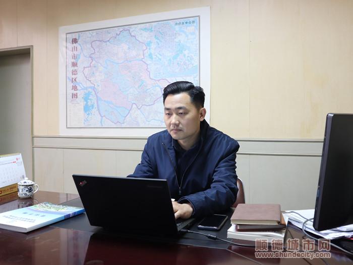 齐杏社区党委书记龙利明。.jpg
