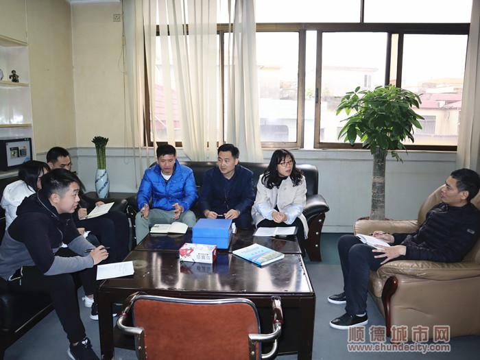 龙利明正与社区工作人员商讨社区事宜。.jpg