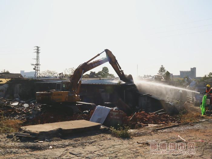 挖机正在对房屋进行拆除。.jpg