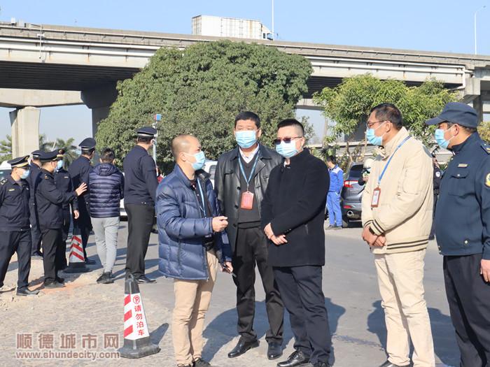 恒行街道办事处主任欧胜军观看了清拆过程。.jpg
