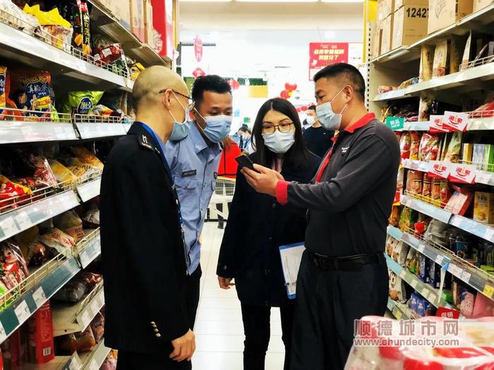 执法人员在商场超市检查 (3).jpg
