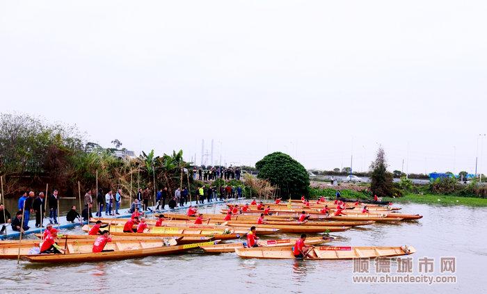 40条草艇在河上蓄势待发.jpg