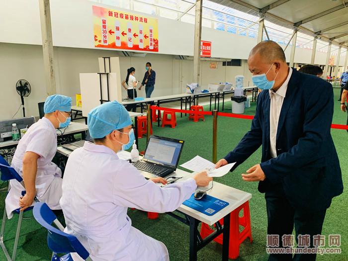 乐从镇卫健办呼吁市民提前预约好再到接种点接种疫苗。.jpg